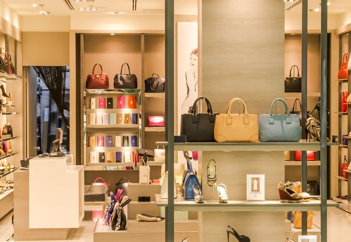 Les ventres privées se passent historiquement dans les arrières-boutiques des magasins de luxe, à l'abri de l'oeil des clients classiques